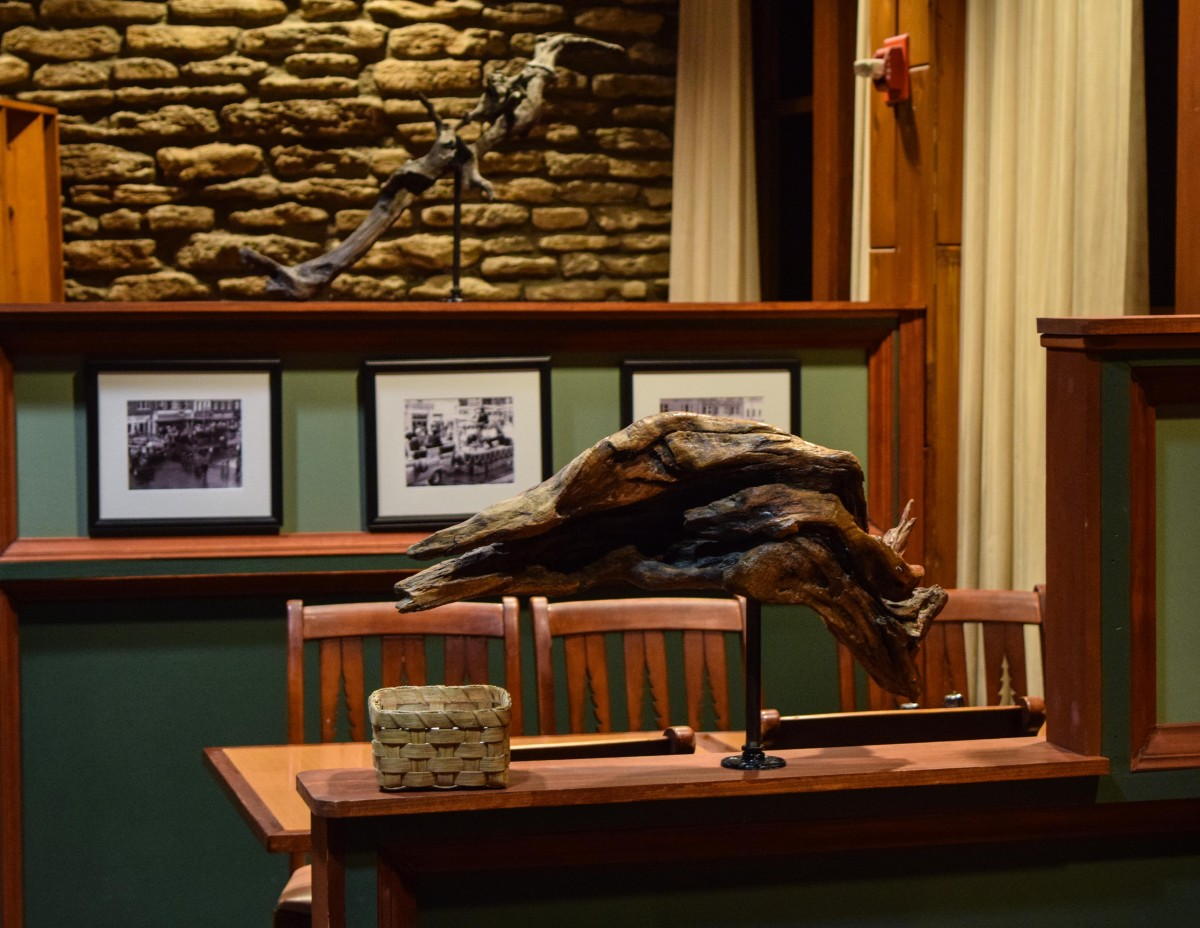 Driftwood from local waterways handsomely accentuates General Butler's Two Rivers Restaurant theme. (Image: Gerry Seavo James)