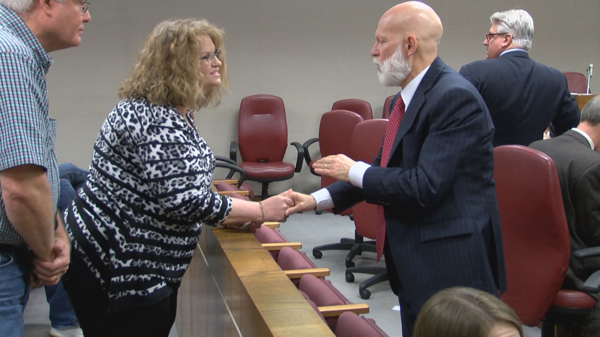 Rebecca Dobbins Bellamy speaks with District Attorney Barry Staubus before the hearing. (Thomas Gray/WCYB)