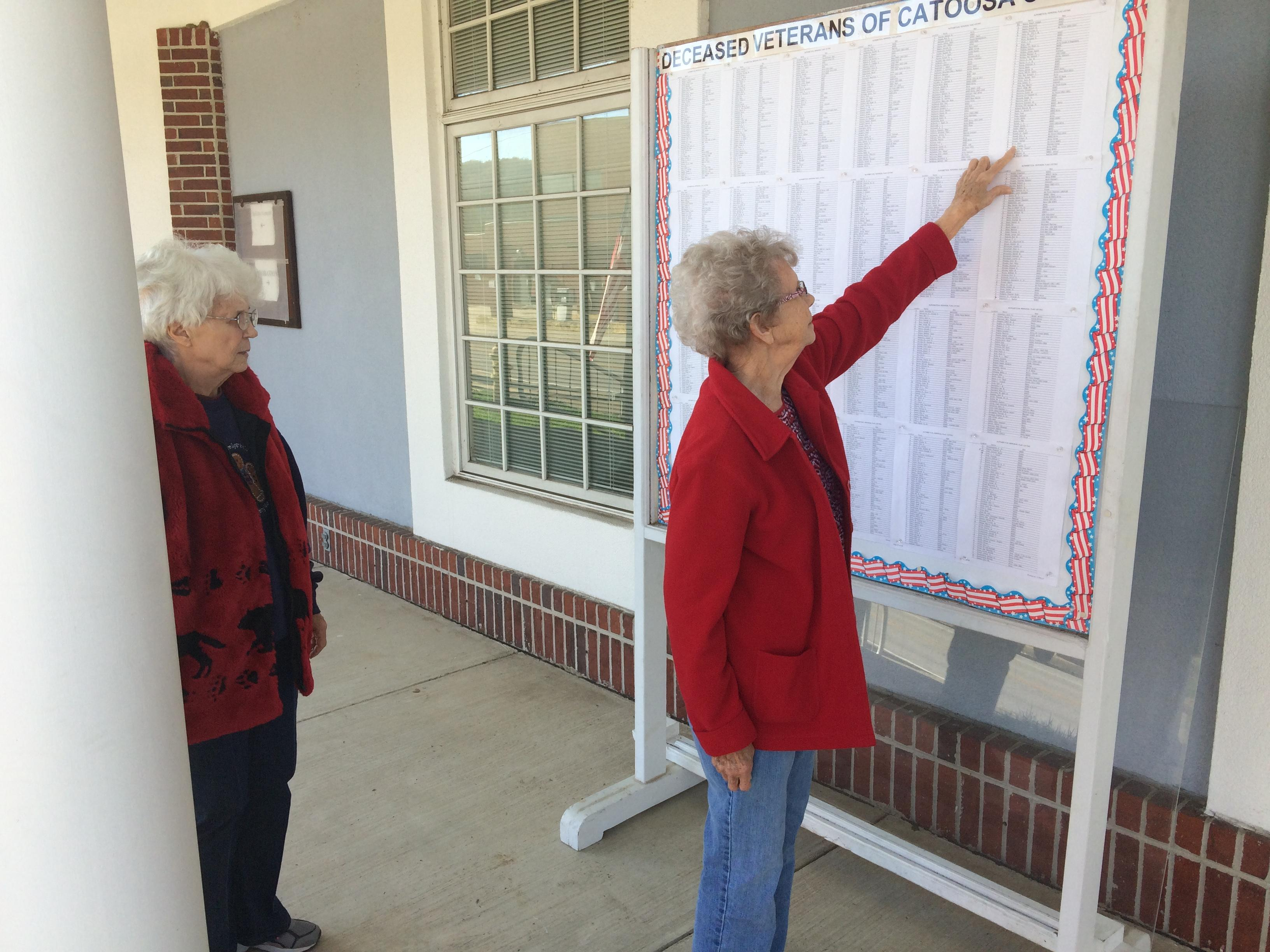 Elberta Cline and Marie Wright search for names of fallen veterans they know. (Image: WTVC)<p></p>