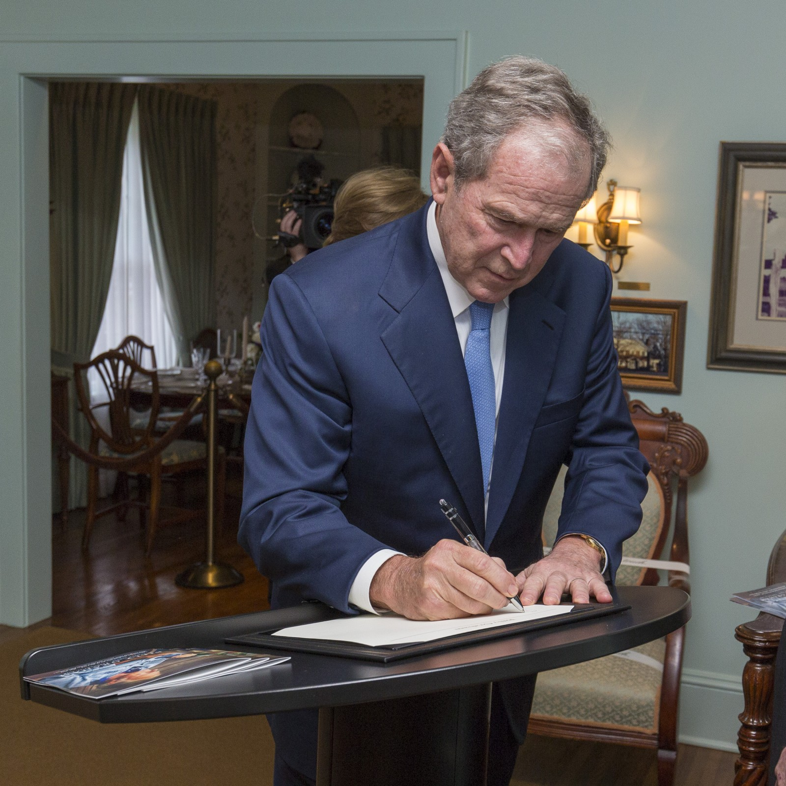George W. Bush signs the guestbook. Photo: Billy Graham Evangelistic Association<p></p>