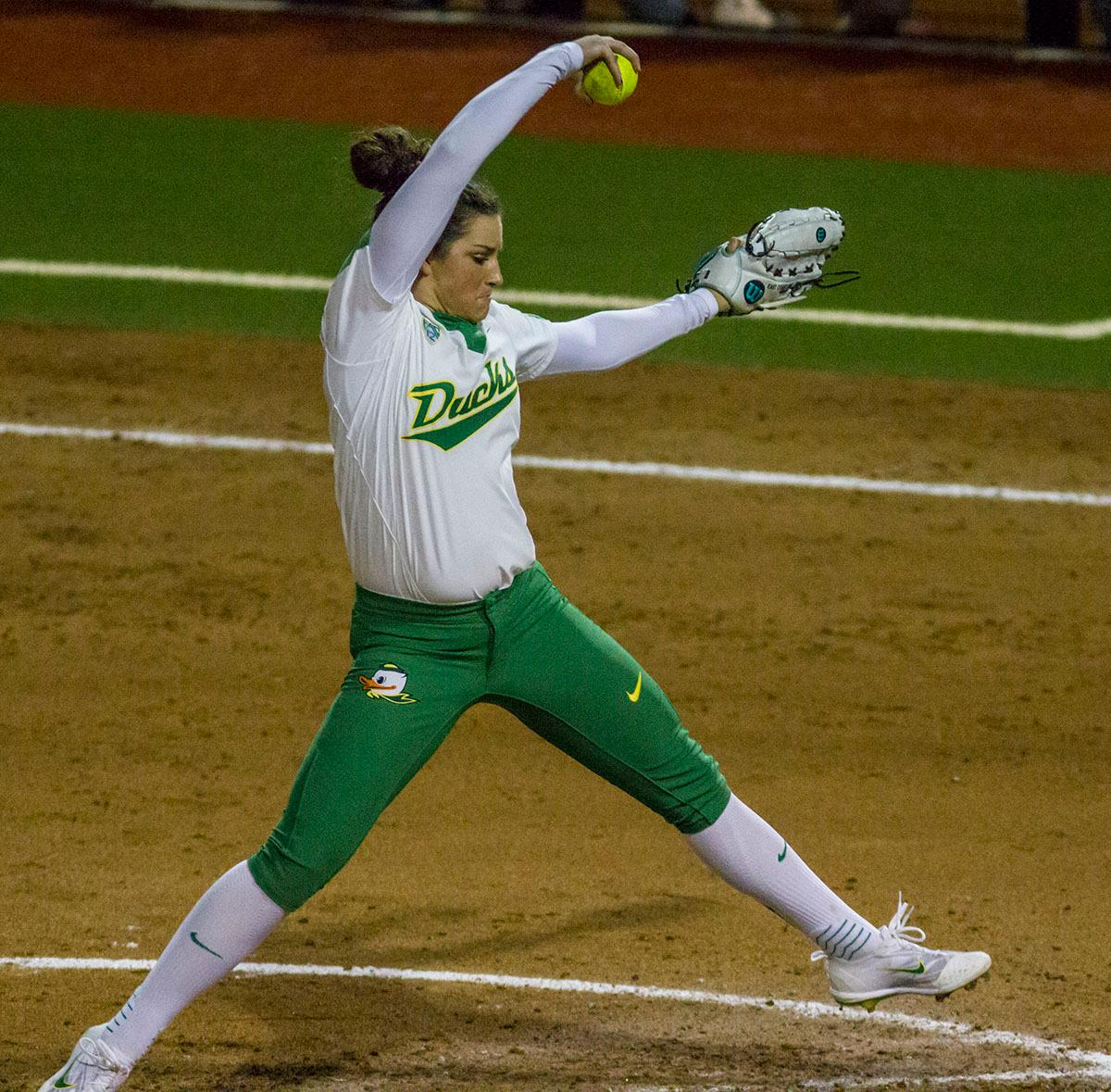Ducks pitcher Maggie Balint (#25) winds up. The No. 3 Oregon Ducks defeated the University of Illinois Chicago Flames 13-0 with the run-rule on Saturday night at Jane Sanders Stadium. The Ducks scored in every inning and then scored nine runs at the bottom of the fourth. The Oregon Ducks are now 22-0 in NCAA regional games. The Oregon Ducks play Wisconsin next on Saturday, May 20 at 2pm at Jane Sanders Stadium. Photo by Aaron Alter, Oregon News Lab