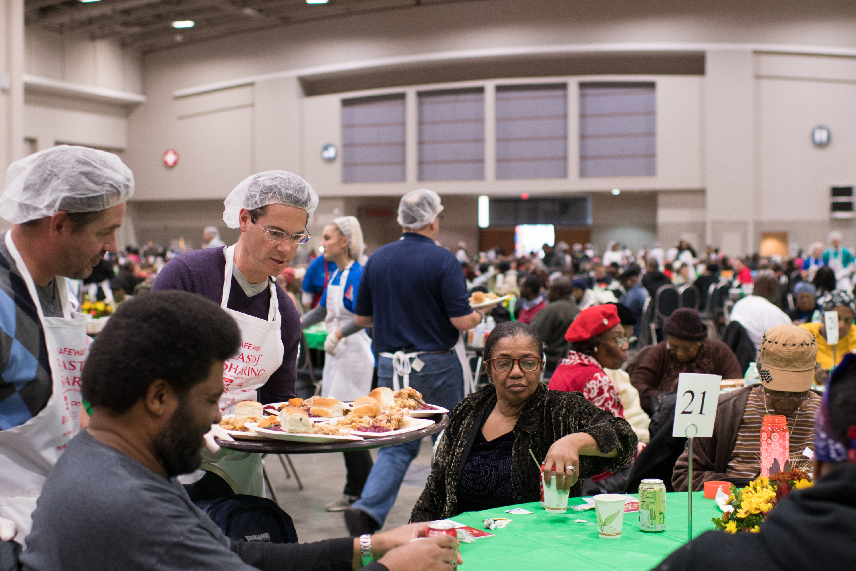 Volunteers serve meals to city residents at Safeway Feast of Sharing. (Image: Courtesy Events DC)